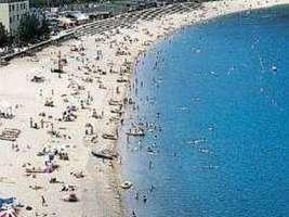 白砂の美しいビーチが宿の目の前に広がる
