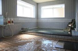 広々とした浴場でゆったりと温泉をお楽しみください
