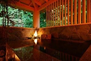 自然石造りの貸切風呂