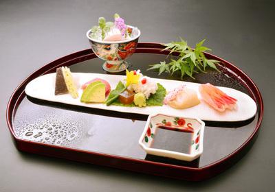 地元産の魚介類を中心とした豪華7種盛りの旬のお刺身