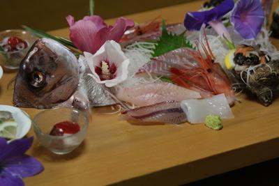 まな板に新鮮なお刺身と海鮮珍味を盛り付けます