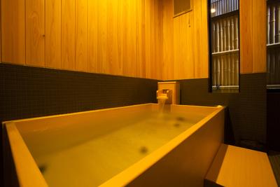 ヒノキの香り漂う清々しいお風呂♪(館内の貸切り温泉の一例)