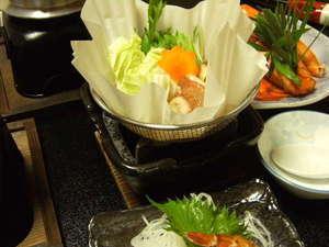 紙すき鍋です。懐石コースでタジン鍋と交互にしています。