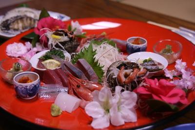 お皿に地魚のお刺身など盛り付けます。 ☆アワビは別料金(3240円)です。